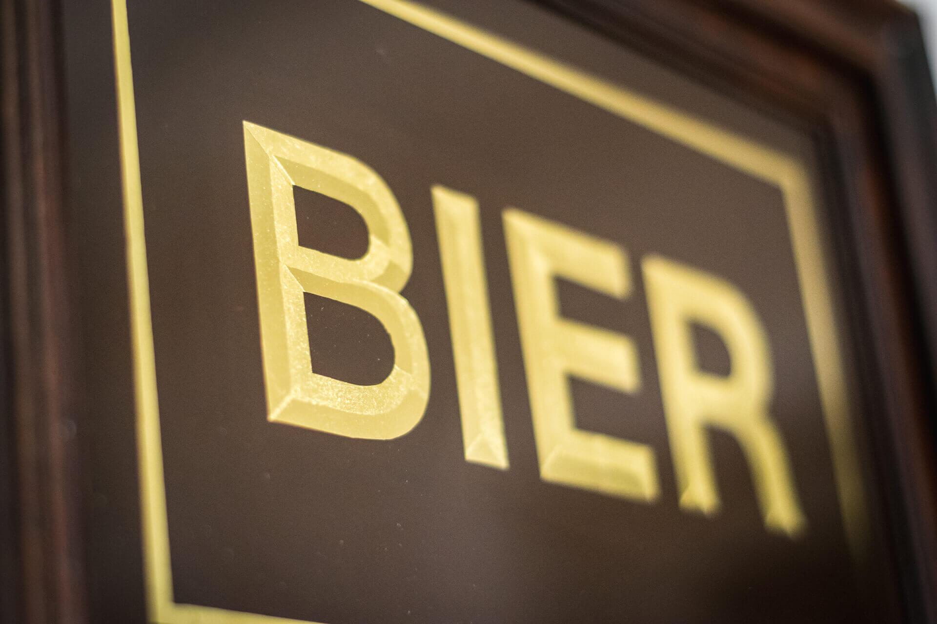 Letterschildering bier op bord