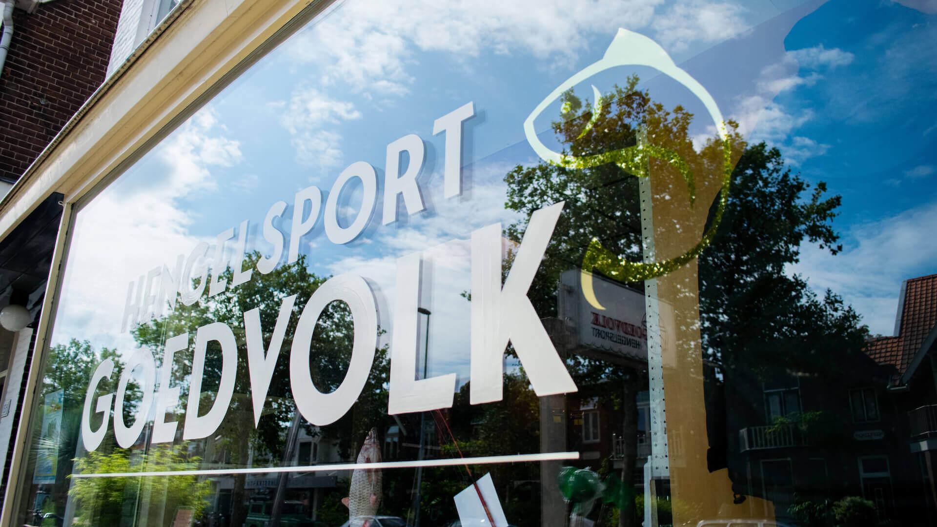 Letterschildering op raam vissport winkel
