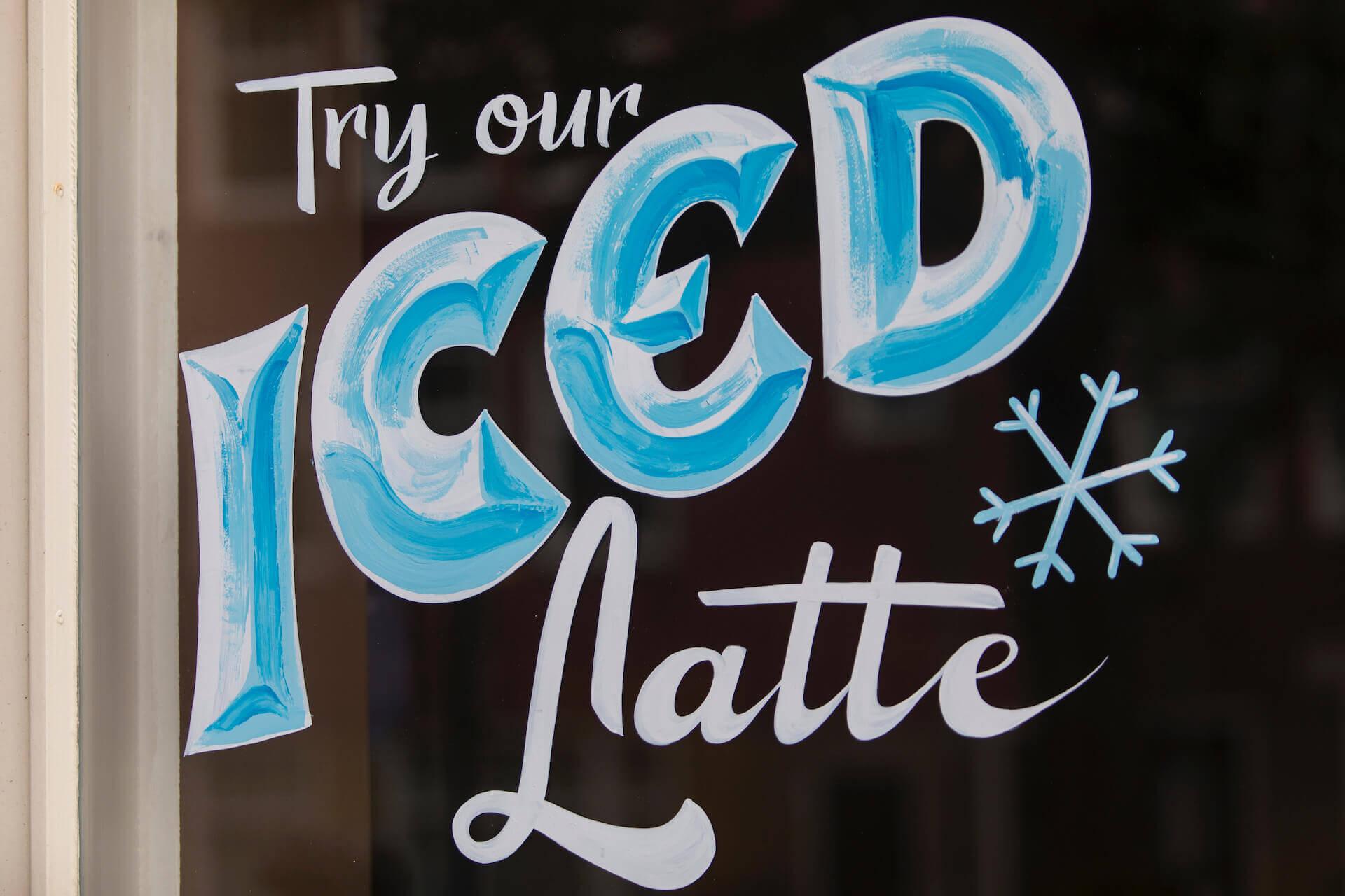 Letterschildering op raam restaurant