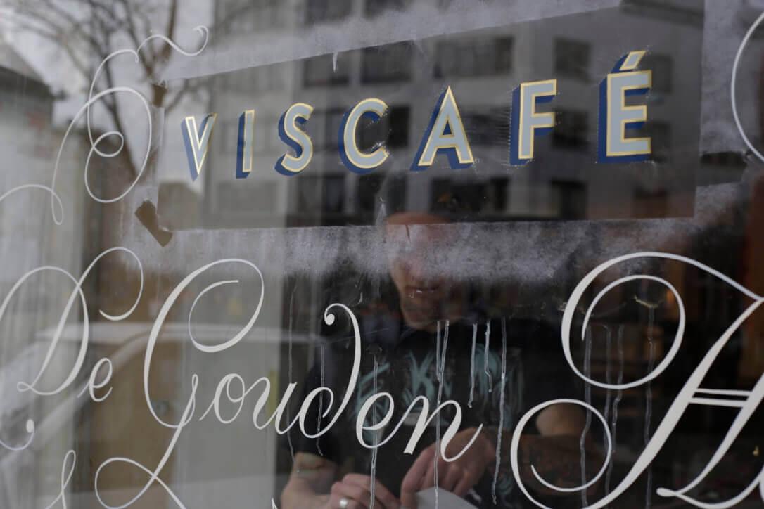Bladgoud op raam café