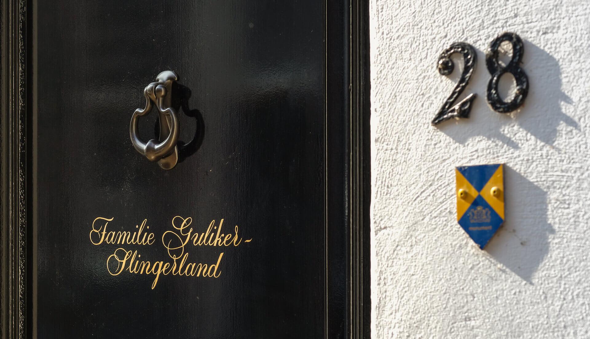 Letters schilderen op deur