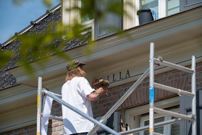 gevelletters op villa schilderen